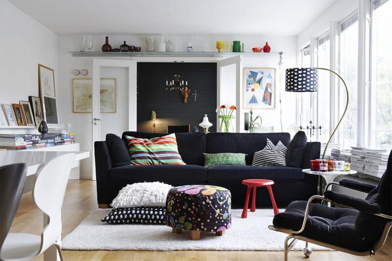 Trên nền tone màu trắng, những chiếc ghế và những chiếc gối với các nét hoa văn đơn giản mà độc đáo lại trở nên vô cùng thu hút điểm nhìn