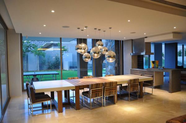 Nguồn sáng của ngôi nhà nên kết hợp giữa ánh sáng tự nhiên ngoài trời và hệ thống đèn điện bên trong.
