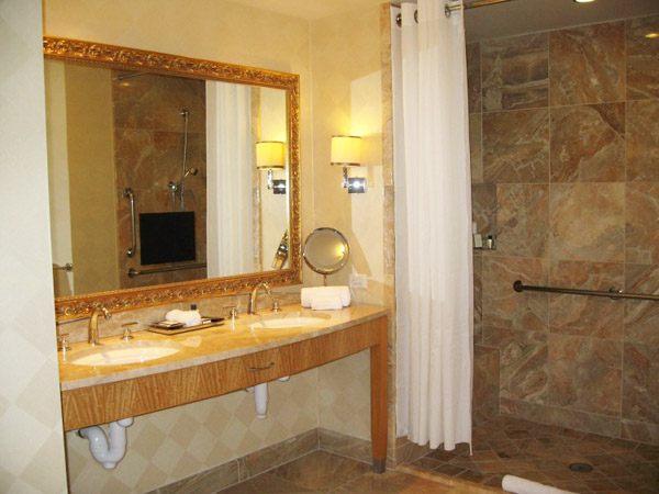 Sử dụng đèn ốp tường tại khu vực bồn rửa để đáp ứng các hoạt động cần thiết.