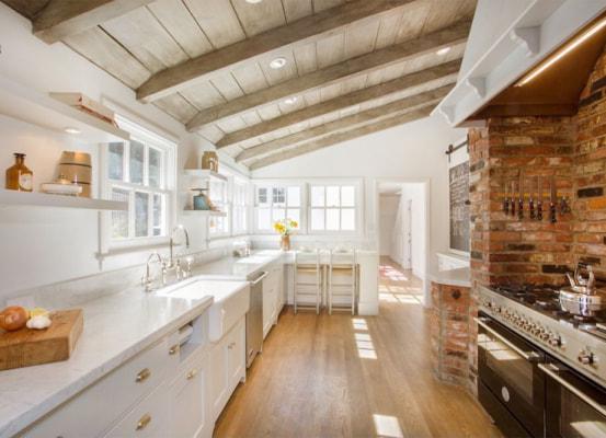 Một ngôi nhà hiện đại nhưng vẫn không quên để lộ những chiếc rầm gỗ