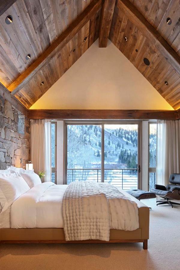 Phòng ngủ đẹp này ở Aspen, CO có trần nhà được làm giống như nhà thờ với nguyên liệu từ gỗ và bức tường đá đã tạo nên một phòng ngủ tuyệt vời.