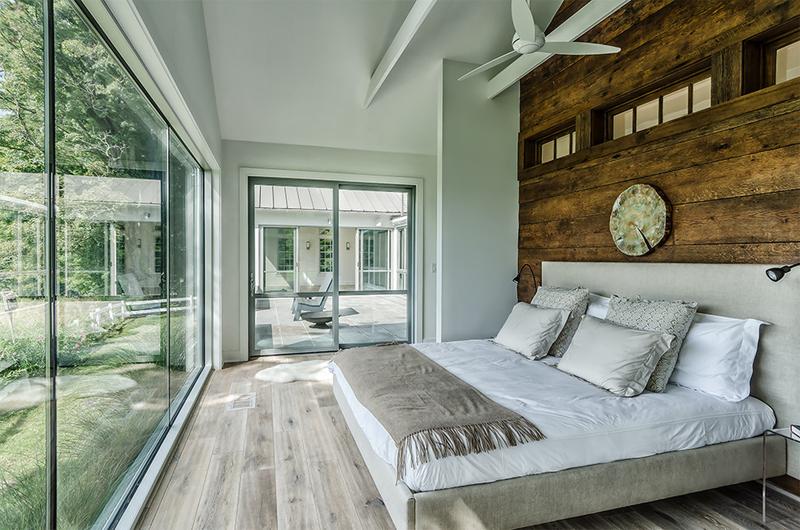Không chỉ đơn giản là phòng khách, phòng ngủ mang phong cách rustic cũng sẽ ngập tràn ánh sáng và không gian bên ngoài.